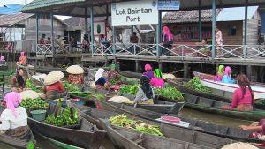 Suasana Pasar terapung lokba intan (sumber: wikipedia)